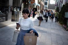Thành phố đầu tiên ở Nhật Bản cấm người đi bộ sử dụng smartphone