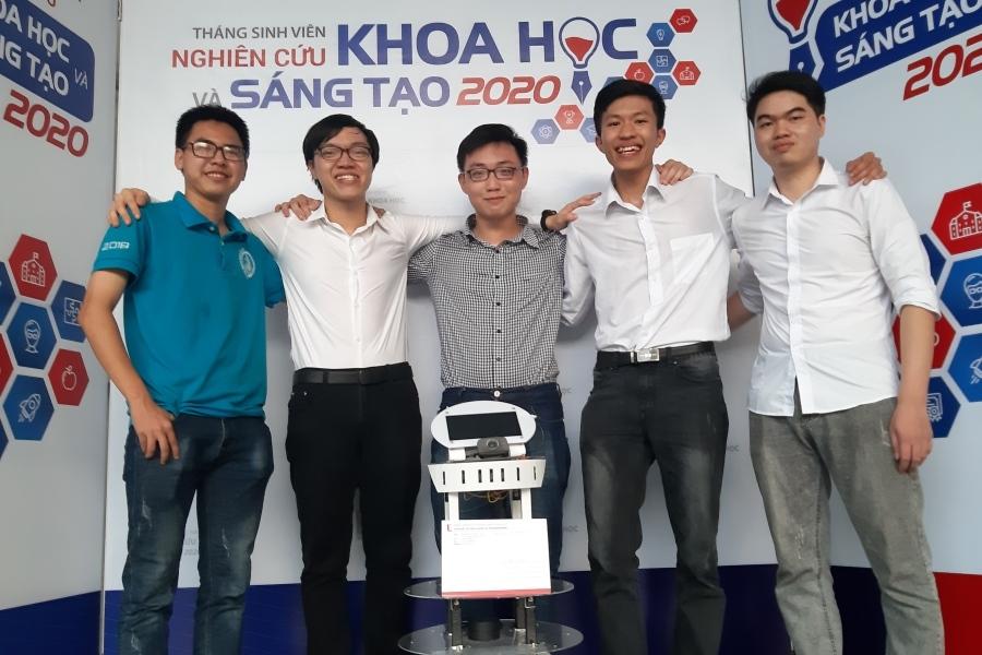 Sinh viên chế robot tự hành nói tiếng Việt với giá bất ngờ