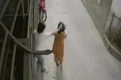 Clip chồng đánh vợ khiến con văng xuống đất gây phẫn nộ