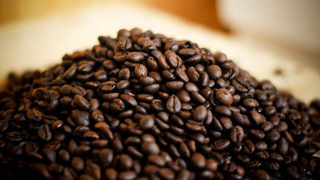 Global coffee price fluctuates, domestic price plunges