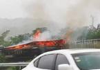 Xe chở hàng bốc cháy khiến 20.000 điện thoại iPhone bị thiêu rụi