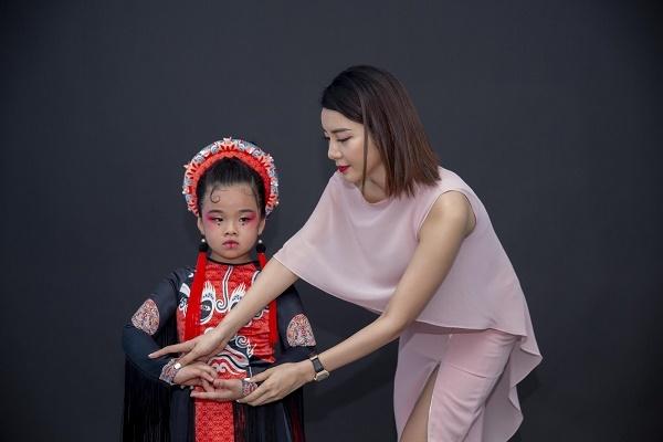 Á hậu Yan My say sưa hướng dẫn các tài năng nhí