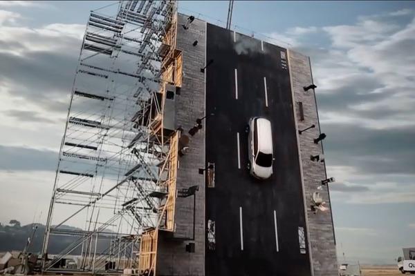 Thả ô tô rơi thẳng từ độ cao hơn 12 mét