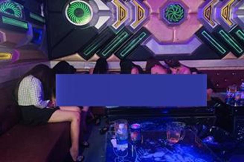 Nữ tiếp viên karaoke ở Đồng Nai thoát y phục vụ khách
