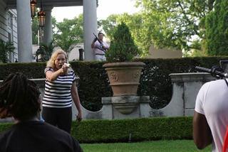 Cặp đôi xách súng xua người biểu tình ra khỏi khu nhà giàu ở Mỹ