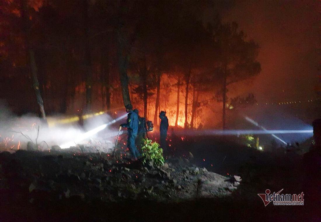 Trăm người đội đèn pin xuyên đêm dập lửa rừng thông ở Nghệ An