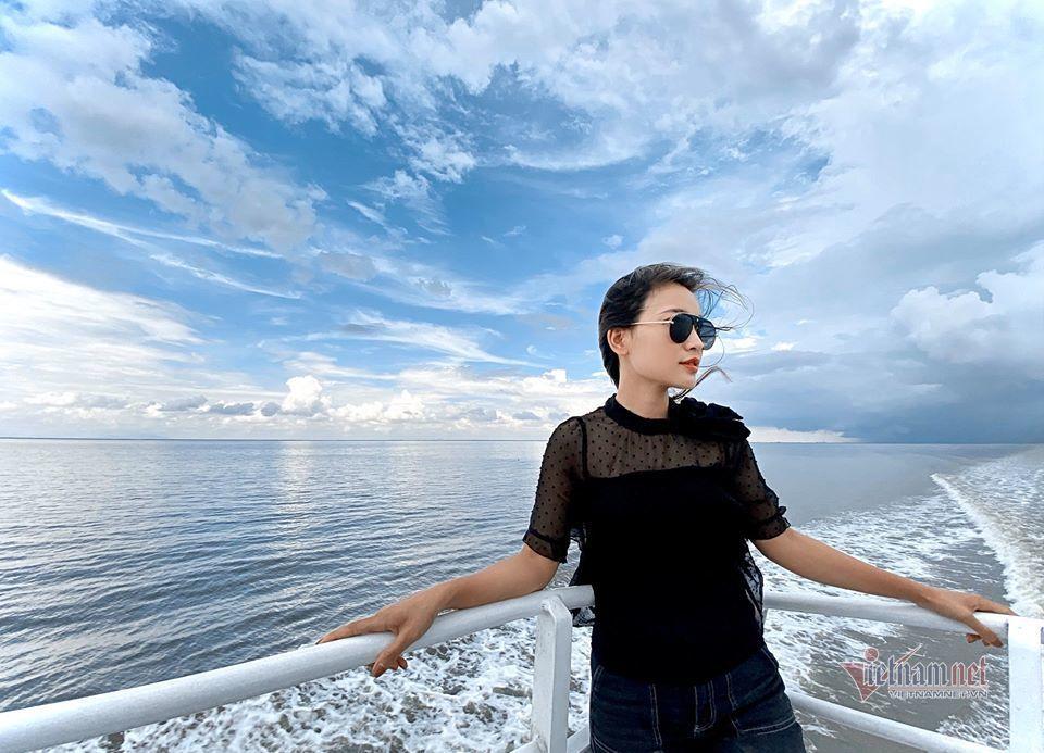 Thời trang bắt mắt của BTV Linh Thủy thời sự VTV
