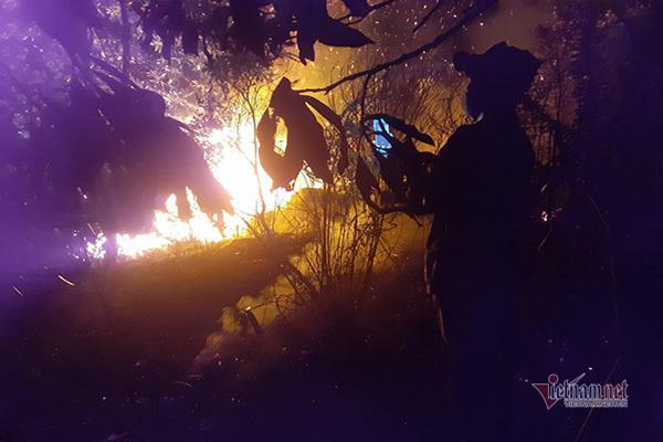 Xuyên đêm dập cháy rừng ở Hà Tĩnh, trưa nay lửa lại bùng phát