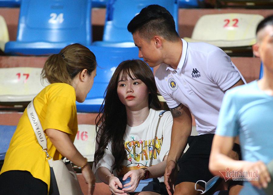 Quang Hải cùng bạn gái trên khán đài cổ vũ Hà Nội