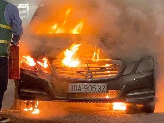 Mercedes bốc cháy ngùn ngụt trên cầu Bạch Đằng
