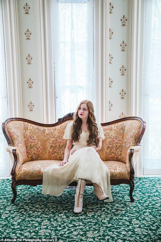 Cô gái trẻ chi trăm triệu đồng mua váy áo, sống như quý tộc thế kỷ 19