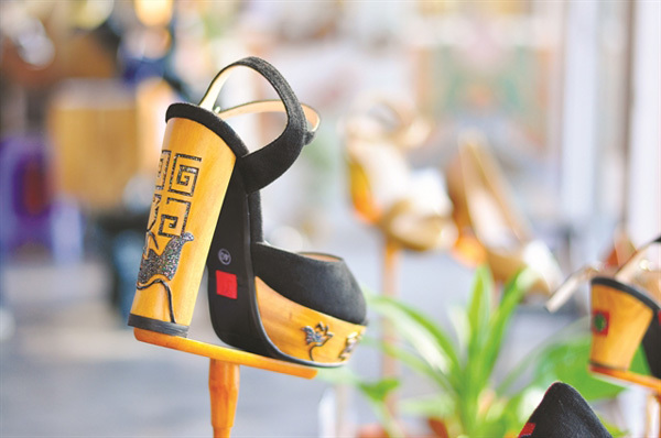 Hue,the national festival of traditional crafts,younger craftsmen,fashioning shoes,Xưa shoes,wooden sandal designs