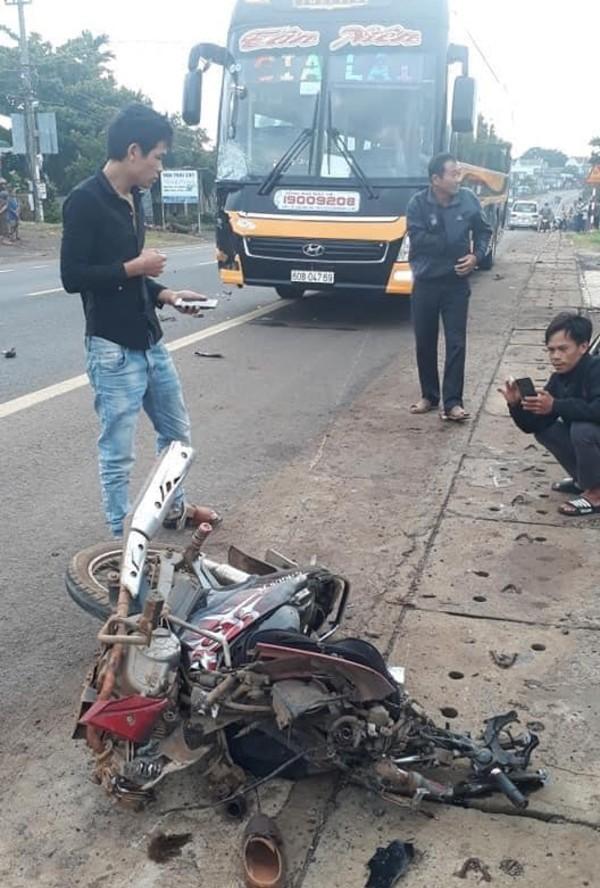 Tông trực diện xe khách, người đàn ông đi xe máy bị cuốn tử vong