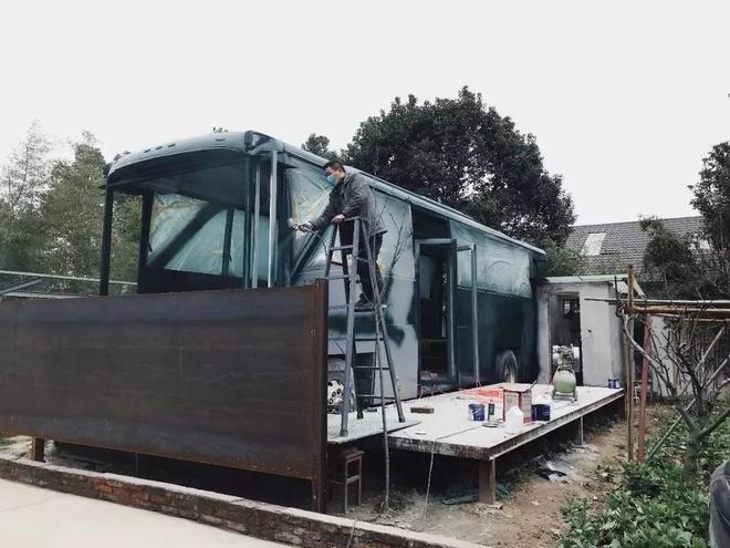 Ngôi nhà nghệ thuật làm lại từ chiếc xe bus bị bỏ hoang