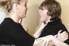 Con cái bạo hành cha mẹ ngày càng tăng ở Anh