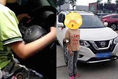 Cho con 6 tuổi lái ô tô rồi quay video tung lên mạng, bố mẹ bị chỉ trích