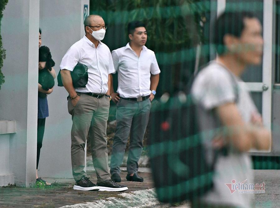 HLV Park Hang Seo đứng từ xa 'soi' U22 Việt Nam