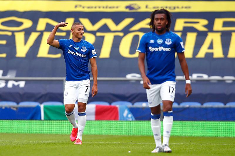 Leicester thua thảm, MU phả hơi nóng sau gáy