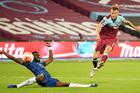 West Ham đánh gục Chelsea, MU 'ngư ông đắc lợi'