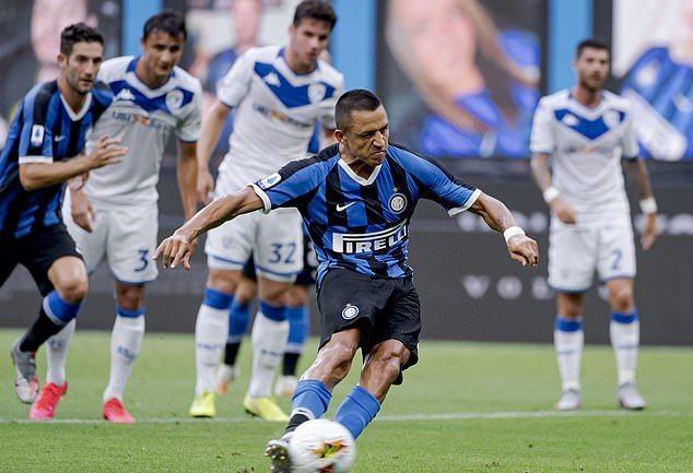 Young và Sanchez đua nhau lập công, Inter thắng kiểu tennis