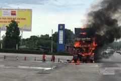 Xe đầu kéo bốc cháy dữ dội trước cây xăng