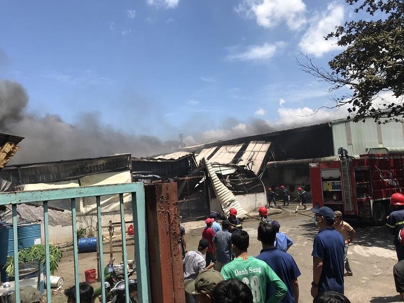 Cháy nổ dữ dội tại công ty gỗ rộng hàng ngàn mét vuông ở Bình Dương