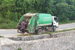 Chủ tịch huyện giật mình vì xe rác đổ trộm nước đen ngòm ra biển