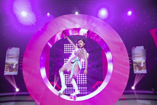 Trấn Thành, Hari Won gây cười với màn tạo dáng đôi