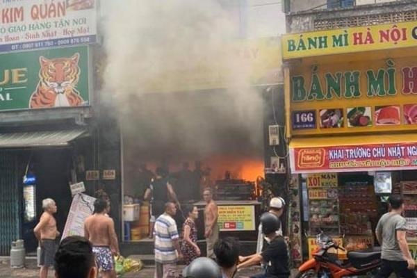 Tường lửa chặn lối thoát quán cơm văn phòng, 7 người mắc kẹt