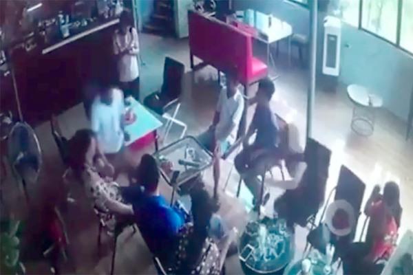 Sát thủ rút dao đâm chết người đàn ông trong quán cà phê ở Hà Nội
