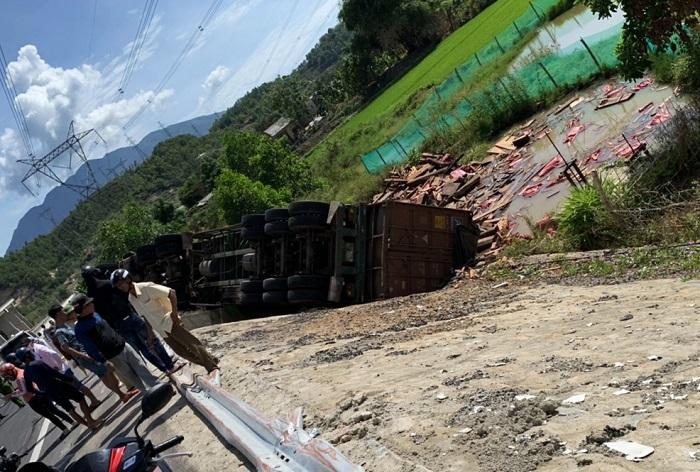 Container chở hàng chục tấn gỗ lật ngửa, tài xế và phụ xe kẹt trong cabin
