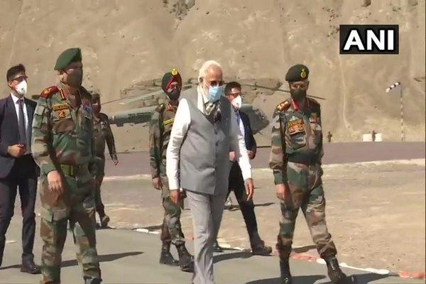 Thủ tướng Ấn Độ thị sát căn cứ quân sự gần biên giới TQ