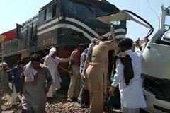 Tàu hỏa đâm xe buýt tại Pakistan, hàng chục người thiệt mạng