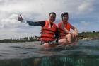 Quang Vinh, Phạm Quỳnh Anh nhận lỗi sau khi bị chỉ trích ngồi lên san hô