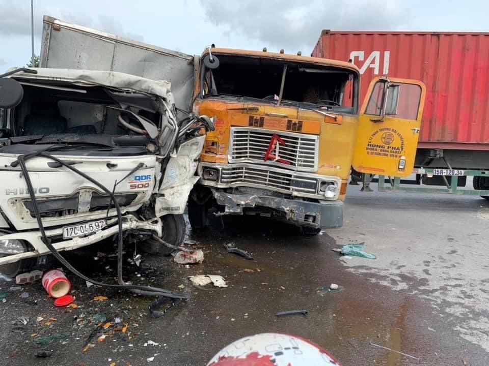 Tranh cãi tình huống xe tải đấu đầu container ở ngã tư Thiên Trường