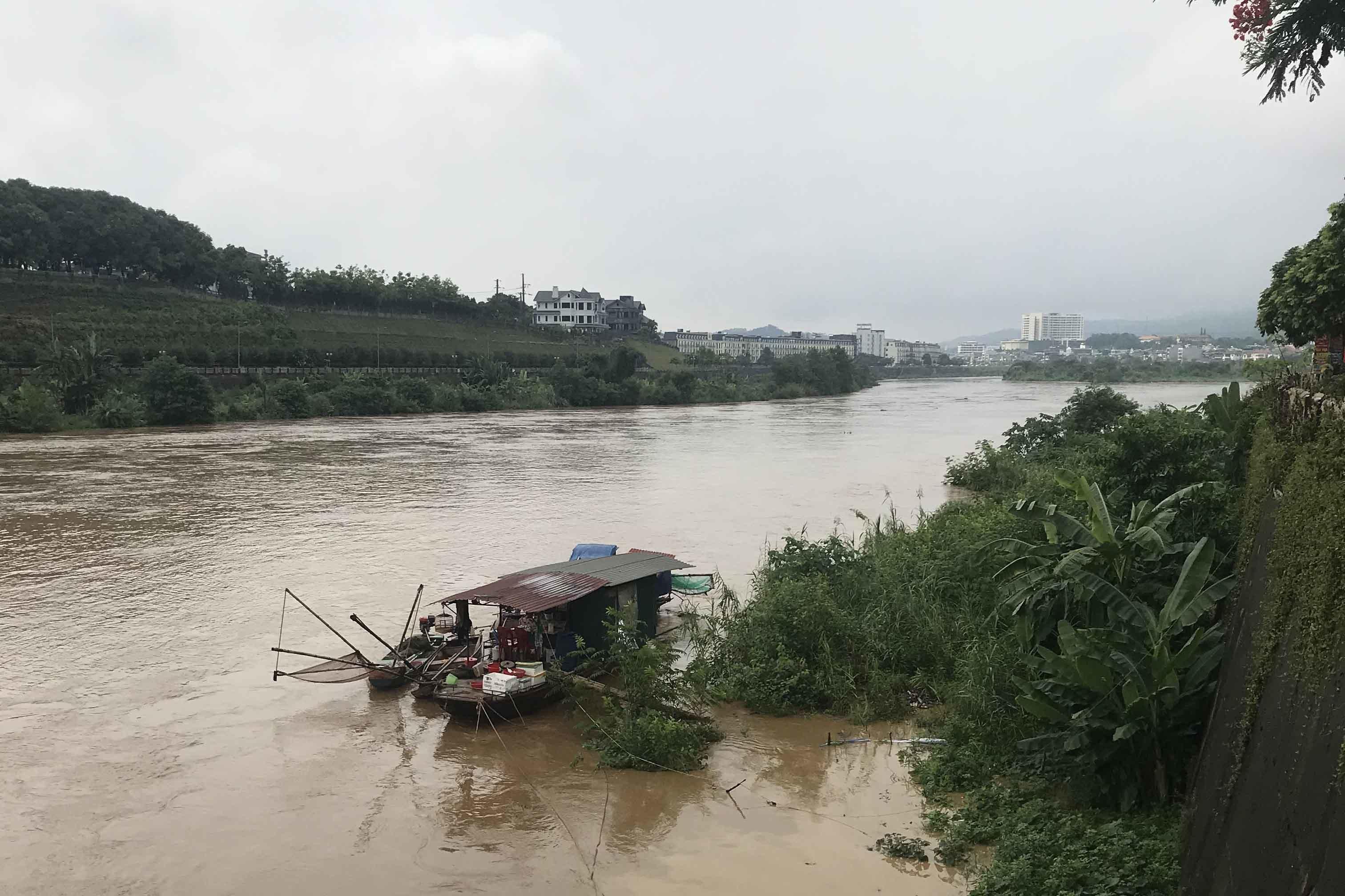Mưa lũ, sạt lở nghiêm trọng chia cắt các huyện ở Lào Cai