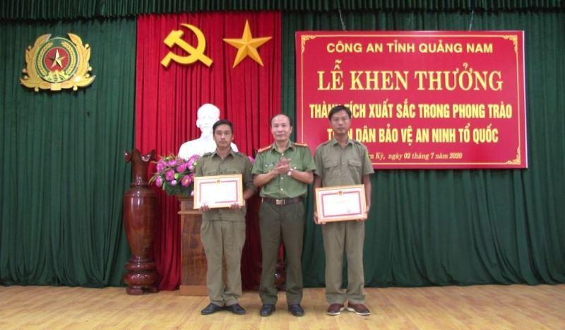 Trao giấy khen, tiền thưởng cho công dân báo tin bắt Triệu Quân Sự