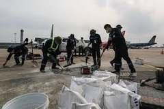 Cán bộ thi công đường băng Nội Bài bị phạt 25 triệu vì bỏ vị trí