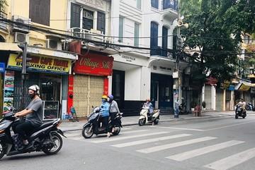 Hàng loạt cửa hàng 'cửa đóng, then cài' trên phố cổ Hà Nội vốn sầm uất
