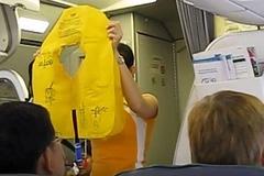 Nữ hành khách lấy áo phao, chây ì nộp phạt bị cấm bay 1 năm