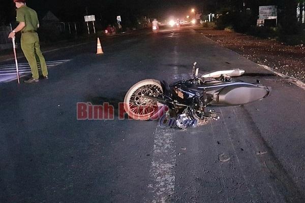Mẹ bế con qua đường bị xe máy tông trúng, 3 người tử vong