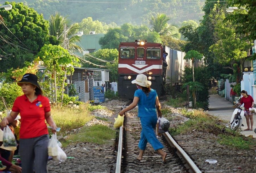 Họp chợ sát đường ray, tàu hú còi cách vài chục mét mới nháo nhào chạy