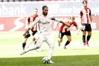 """Ramos sắm vai người hùng, Real Madrid """"cắt đuôi"""" Barca"""