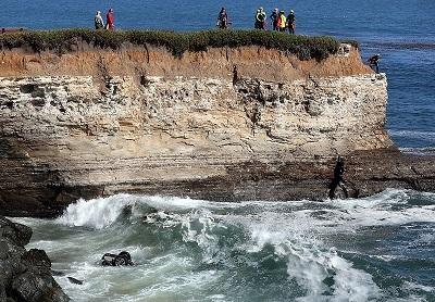 Bị cảnh sát truy đuổi, người đàn ông ăn cắp xe lao thẳng xuống biển
