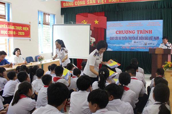 Tuyên truyền Luật Cảnh sát biển Việt Nam tại trường Gia Luận