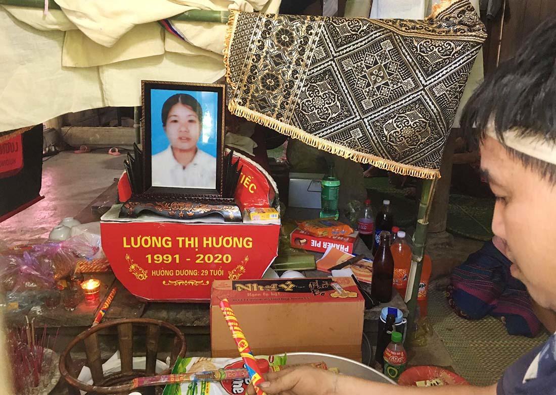 Con thơ khóc thét gọi mẹ bị ô tô tông kẹt trong hàng rào ở Nghệ An