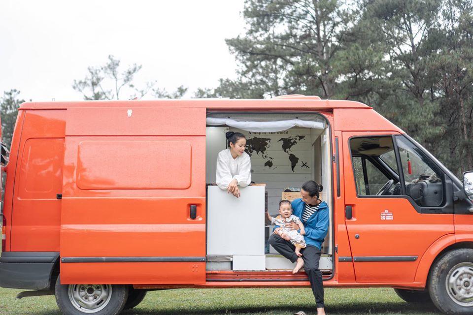 Đôi vợ chồng biến ô tô cũ thành căn hộ tiện nghi, thỏa ý đi du lịch