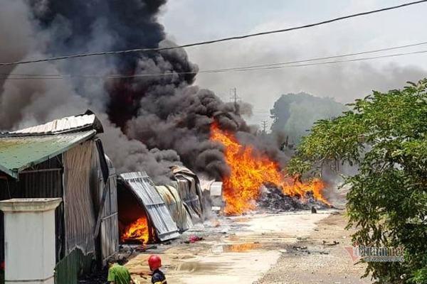 Khói lửa cuồn cuộn cháy dữ dội trong khu công nghiệp ở Thanh Hóa