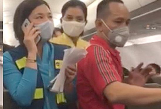 Cấm bay một năm hành khách chửi bới, gây rối trên máy bay