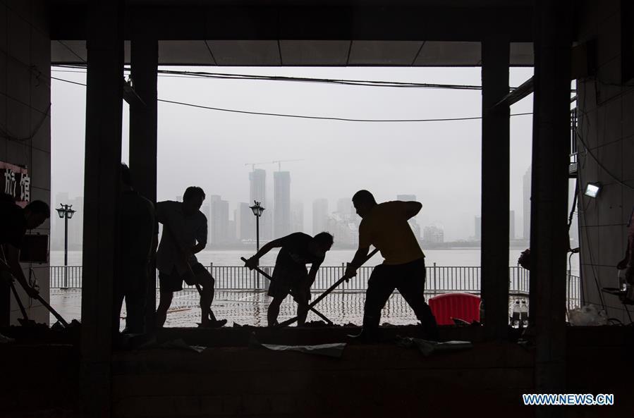 Vũ Hán chìm trong nước lũ